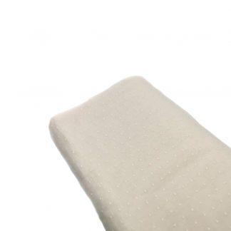 Tela de batista suiza bordada de plumeti en color crudo