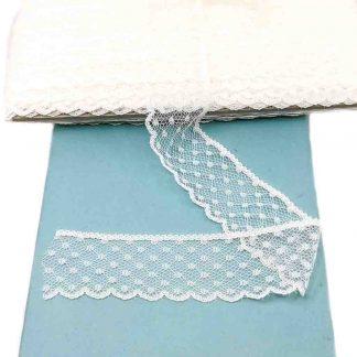 Puntilla encaje nylon de ancho 35 milímetros en color crudo con topitos