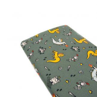 Tela popelín 100% algodón con estampado de dragones, caballeros y castillos sobre fondo color verde seco diseñado by Poppy Europe