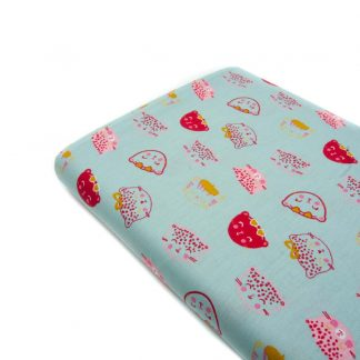 Tela popelín 100% algodón con estampado de caritas de gatos sobre fondo color agua diseñado by Poppy Europe