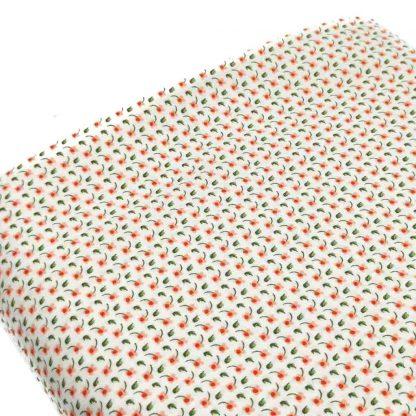 Tela de popelín de algodón orgánico estampado con flores rosas tipo liberty