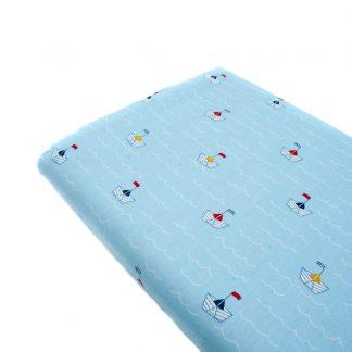 Tela popelín 100% algodón con estampado de barcos de papel sobre fondo color azul bebé diseñado by Poppy Europe