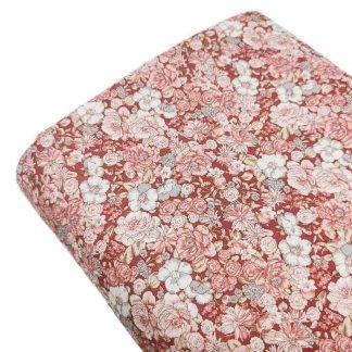 Tela viyela de flores en colores rosa y blanco roto sobre fondo color granate
