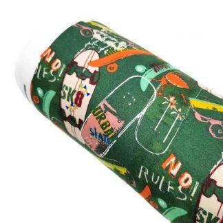 Tela punto sudadera skateboards en algodón orgánico GOTS con estampado de monopatines sobre fondo color verde diseñado by Poppy Europe