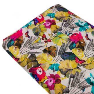 Tela viyela estampada con flores vistosas y mariposas de colores