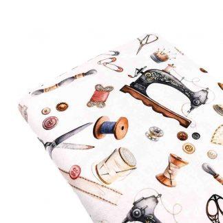 Tela de loneta de algodón estampada con máquinas de coser sobre fondo color blanco vintage. Vintage Sewing Kit Designed for you by POPPY Europe