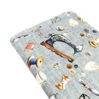Tela de loneta de algodón estampada con máquinas de coser sobre fondo color gris vintage. Vintage Sewing Kit Designed for you by POPPY Europe