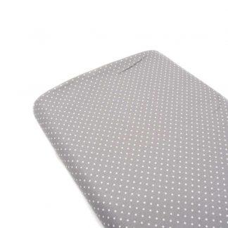 Tela de popelín 100% algodón con estampado de topos blancos pequeños sobre fondo color gris diseñado by Poppy Europe