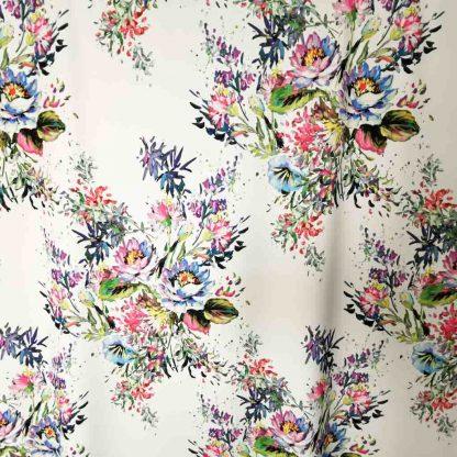 Tela crepé elástico con estampado de ramilletes de flores en fondo color blanco