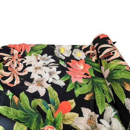 Tela crepé con estampado de flores grandes sobre fondo color negro