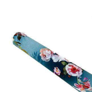 Tela de seda elástica con estampado de flores de colores sobre fondo azul empolvado