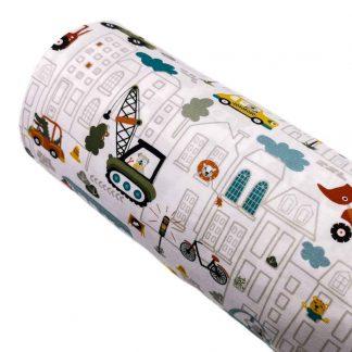 Tela de punto de algodón orgánico certificado GOTS estampada con dibujos de animales, coches, casas y máquinas de obra en distintos colores sobre un fondo color blanco