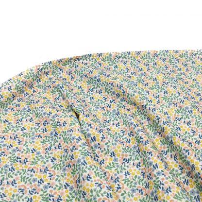 Tela de popelín de algodón orgánico certificado GOTS con estampado de ramilletes de flores de colores