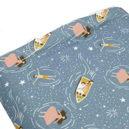 Tela de popelín de algodón orgánico certificado GOTS con estampado de barcas, estrellas y agua