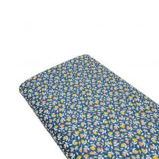 Tela de popelín de algodón orgánico certificado GOTS con estampado flores tipo liberty sobre fondo azul tejano