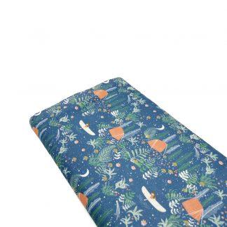Tela de popelín de algodón orgánico certificado GOTS con estampado de escena de acampada, con plantas, canoas, agua y estrellas