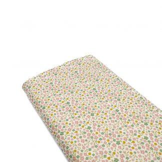 Tela de popelín de algodón orgánico certificado GOTS con estampado de flores tipo liberty de colores sobre fondo color crudo