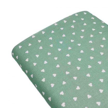 Tela de popelín de algodón orgánico estampado con corazones sobre fondo verde agua
