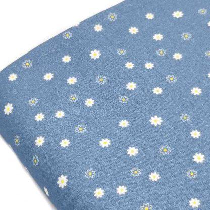 Tela de popelín de algodón orgánico estampado con florecitas sobre fondo azul francia