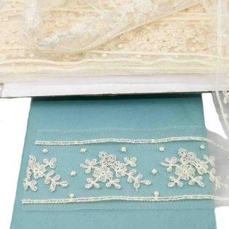 Entredós de tul bordado en color crudo de 45 mm de ancho con bordado de ramilletes y topos