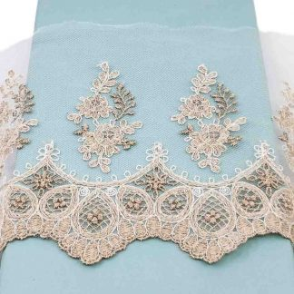 Puntilla de tul bordado de 14 centímetros de ancho con bordados de flores en color rata sobre base de tul en color blanco