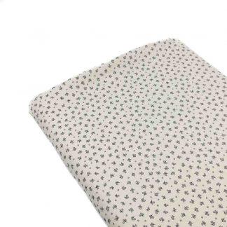 Tela viyela de algodón orgánico GOTS con estampado de flores liberty grises sobre fondo color crudo