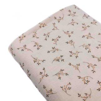 Tela doble gasa muselina de algodón orgánico GOTS estampada con ramilletes de flores sobre fondo en color crudo