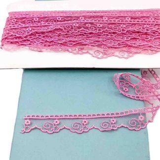 Puntilla de tul bordado color rosa caramelo de 20 milímetros de ancho con bordado de flores con tallo
