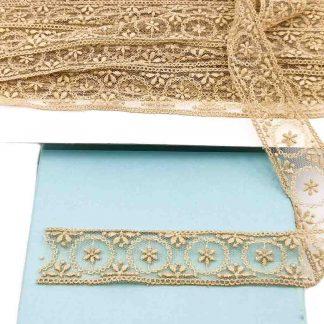 Entredós de tul bordado en color camel de 28 mm de ancho con bordado de coronas y flores