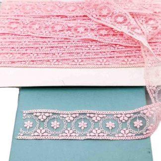 Entredós de tul bordado en color rosa chicle de 28 mm de ancho con bordado de coronas y flores