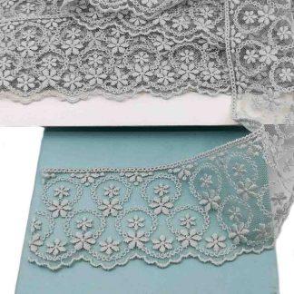 Puntilla de tul bordado gris plata de 7 centímetros de ancho con bordado de flores