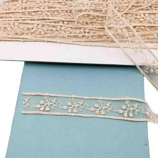 Entredós de tul bordado en color beige de 20 mm de ancho con bordado de ramilletes de flores pequeñas