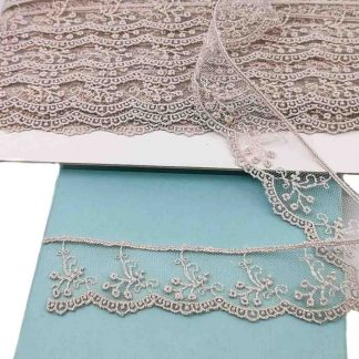 Puntilla de tul bordado gris perla de 28 milímetros de ancho con bordado de ramilletes de flores
