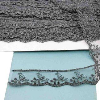 Puntilla de tul bordado gris antracita de 28 milímetros de ancho con bordado de ramilletes de flores
