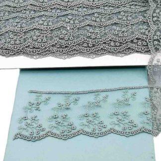 Puntilla de tul bordado gris azulado de 50 milímetros de ancho con bordado de ramilletes de flores