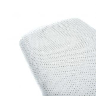 Tela de piqué de canutillo con estampado de lunares grises de tamaño alfiler sobre fondo blanco
