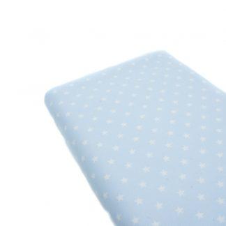 Tela de piqué de canutillo con estampado de estrellas blancas sobre fondo azul bebé