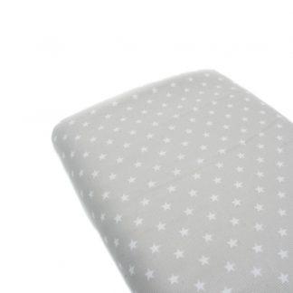 Tela de piqué de canutillo con estampado de estrellas blancas sobre fondo gris